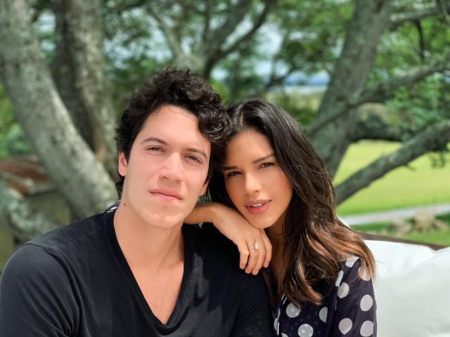 Mariana Rios e o noivo Lucas Kalil curtem o Beach Club Las Piedras em Punta del Leste de olho na cerimonia do casamento