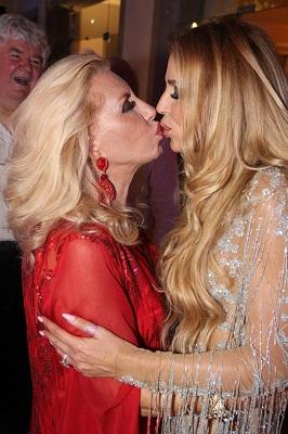 Nina Stevens arma festa maravilhosa para sua mãe Miriam Desjardins na Villa Santa Teresa