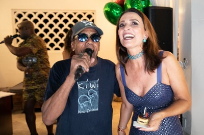 Andrea Natal arma aniversário na piscina do Belmond Copacabana Palace com canja de Jorge Bem Jor