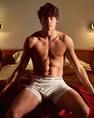 Noah Centineo desbanca Shawn Mendes na preferencia como o novo cover boy das underwear Calvin Klein