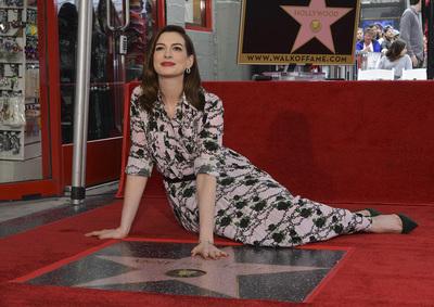 Anne Hathaway ganha estrela na Calçada da Fama usando brincos H.Stern