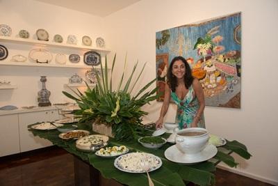 Ana Luiza Rego abre a casa para um picadinho carioca com muita champagne e fogueira