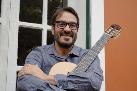 """Bernardo Lobo lança o álbum """"Uma Viola Mais que Iluminada"""" no Clube Manouche na proxima semana"""