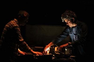 Claudio Monjope&Paulo Vivacqua aram performance instrumental na Anita Schwartz Galeria