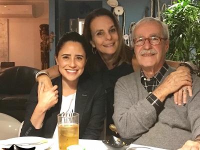 Patricia Secco arma jantar para Luiz Carlos Lacerda e Fernanda Vasconcellos no Arpoador