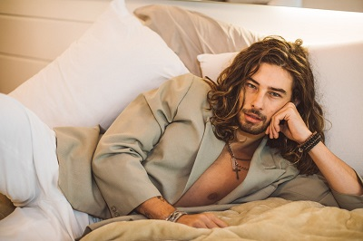 O cantor Arthur Kuatieri está pronto para ser o sucesso do Verão 20
