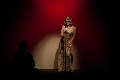 """Sylvia Bandeira reestreia """"Marlene Dietrich – as pernas do século"""" no Teatro Prudential"""
