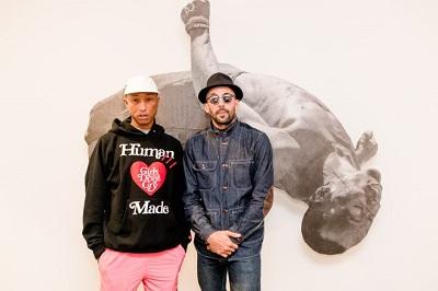 """JR e Pharrell Williams na noite de abertura da exposição """"PATAMAR""""  de JR na Galeria Nara Roesler"""