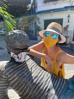 Patricia Secco coloca suas máscaras do projeto #USEMÁSCARAS nas estátuas dos ícones nacionais